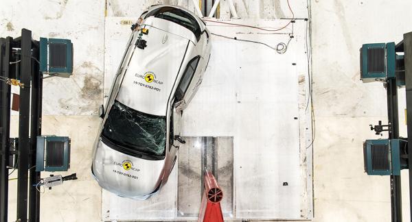 Toyota Corolla utsätts för krasch mot stolpe av Euro NCAP.