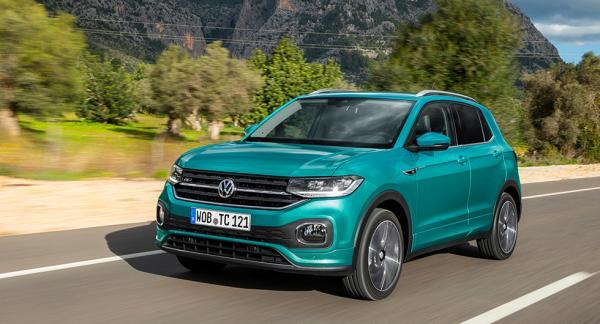 Axlarna bakåt, upp med hakan. Volkswagen T-Cross ser ut som en baby-Tiguan.