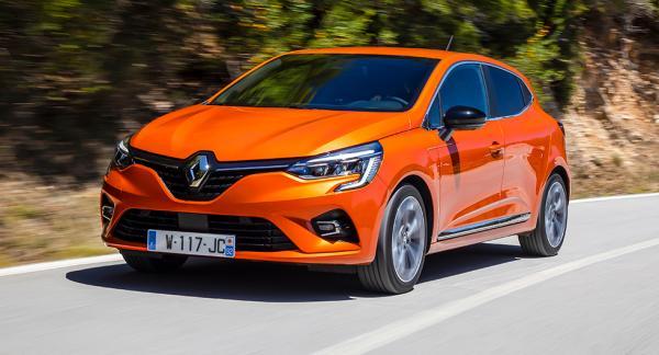 Nya Renault Clio har blivit vuxnare med elegantare linjer men utifrån är ändå skillnaden ganska liten. Lite tuffare lyktor, mer skulpterade linjer på huven och sidorna är det som syns mest.