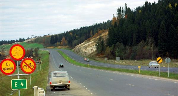 """Det är 1965 och ännu råder fri fart på nybyggda E4 norr om Sundsvall. Om två år ska skylten """"Hastighetsbegränsning upphör"""", den gula med svart snedstreck, skrotas och trafiken byta sida."""