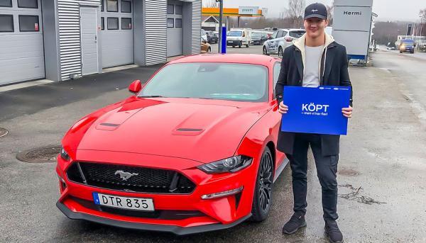 Nöjd bilköpare – ännu ovetande om krockskadan. Hermibil i Växsjö sålde Mustangen till Sebastian Colakoff utan att berätta att bilen krockats vid en provkörning.