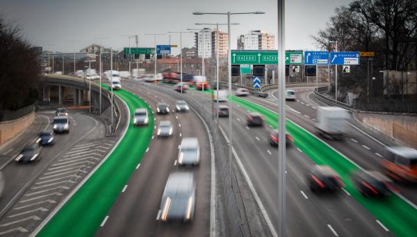 """Trafikverket inleder försök med """"gröna"""" körfält.  Illustration: Niklas Carle"""