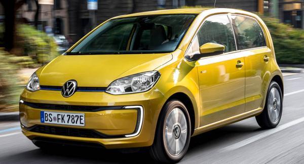 Volkswagen e-Up skiner som starkast i stadsmiljö. Färgen Honey yellow metallic sticker ut från mängden.