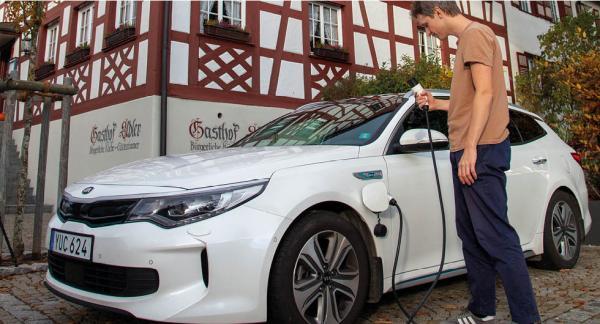 Nä, det är fortfarande svårt att ladda på långresa. Vid Gasthof Adler i Lindau, södra Tyskland, fanns inga uttag.