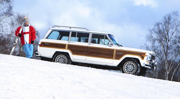 Bilen som tar dig hela vägen upp till skidbackens topp – Jeep Wagoneer/Grand Wagoneer brukar kallas för världens första suv. Första fyrhjulsdrivna terrängkombin med personbilskänsla var det i alla fall.