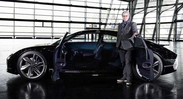Luc Donckerwolke med elbilskonceptet Hyundai Prophecy som presenterades i mars i år.
