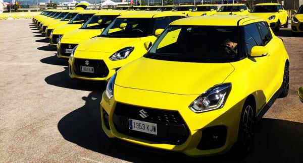 Suzuki Swift Sport finns bara i färgen gul. Kanske rullar en eller annan av bilmodellen på Gotland eller någonstans på västkusten?