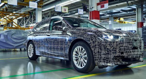 BMW har börjar visa bilder på en maskerad version av elsuven iNext.