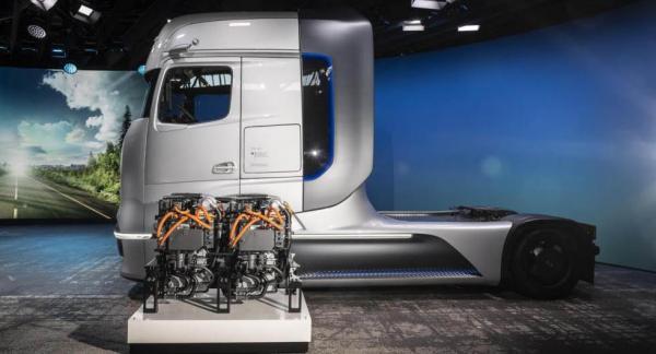 Mercedes har visat upp en lastbil med bränslecell som ska rulla på vägarna inom tre år.