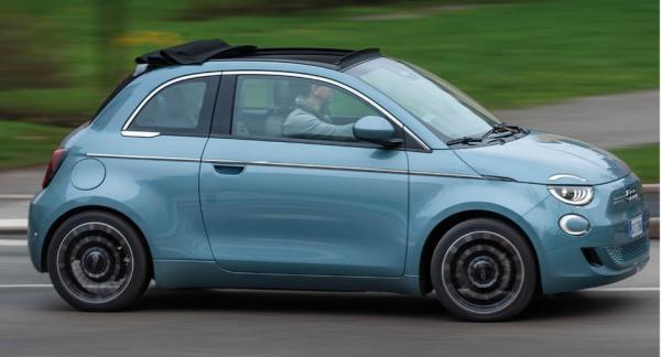 Karossen har växt på alla ledder men profilen är sig lik och bilintresserade känner genast igen Fiat 500.