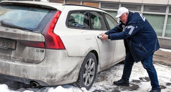 Bakdörrarna på Volvo V90 fryser frekvent fast vid frostgrader.