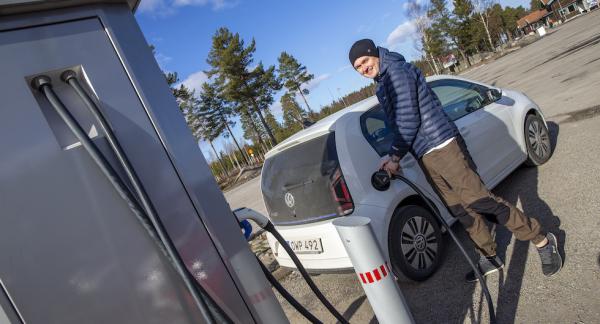 – Elbil är perfekt om man inte har så bråttom, säger Pär-Filip Hellbom som här laddar vid Tönnebro.